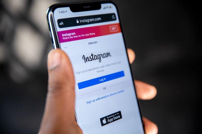 Smartphone mostrando pantalla de inicio de sesión de Instagram