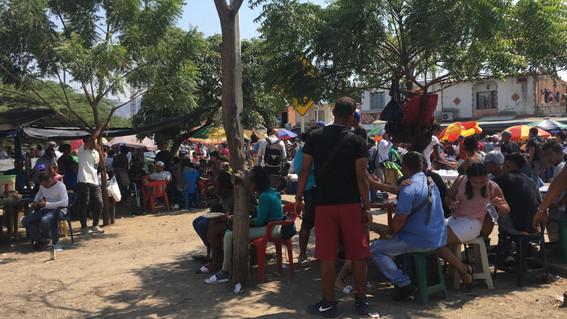 mujeres venezolanas venden su cabello en frontera con colombia