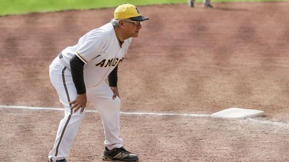 amlo revela por culpa del beisbol se lesiono el dedo