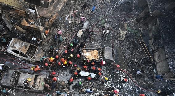al menos 70 muertos deja un incendio de edificios en bangladesh