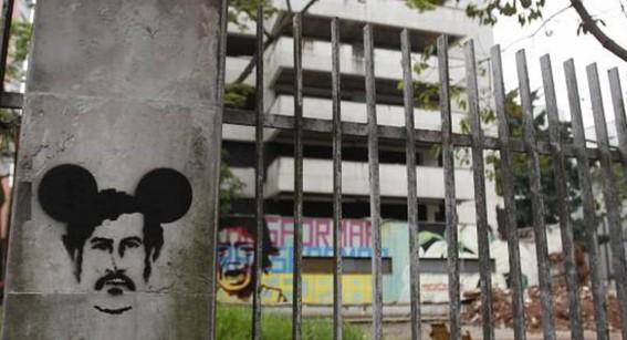 video derrumban el famoso fortin de pablo escobar en colombia