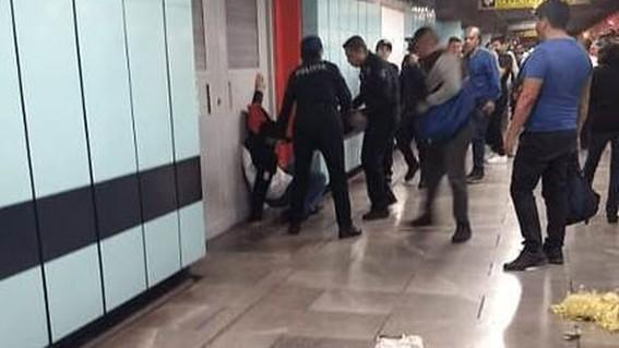ladron rocia gas pimienta en el metro