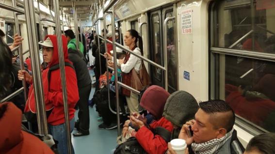 captan claudia sheinbaum viajando en metro de cdmx