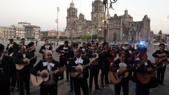 mariachis cantan y bailan frente a palacio nacional