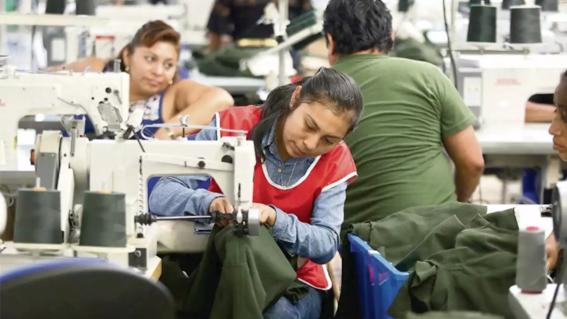 artesanos mayas confeccionan uniformes de la nasa