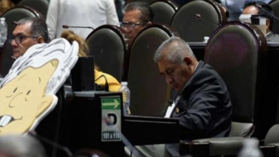 diputado morena se vuelve a quedar dormido durante sesion
