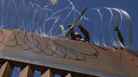 tijuana roban alambre de puas del muro fronterizo para sus casas