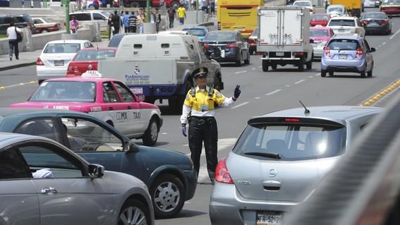 policia de transito agiliza el trafico