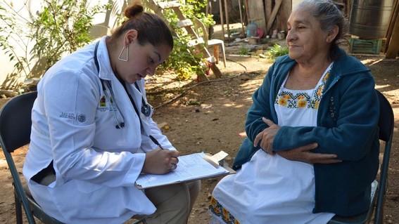 evaluan que estudiantes de medicina hagan servicio social en comunidades pobres