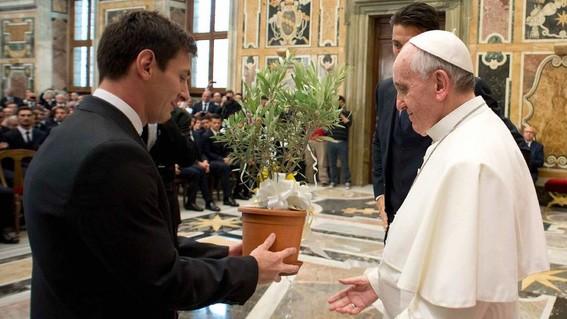 papa francisco reclama que decirle dios a messi es un sacrilegio