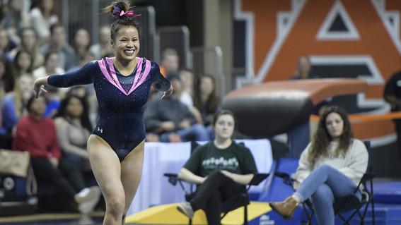 gimnasta se rompe las piernas en competencia tras complicada maniobra