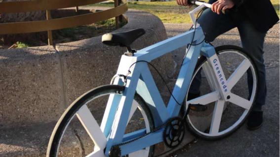 bicicleta hecha con papel reciclado