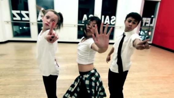 ninos bailando reggaeton