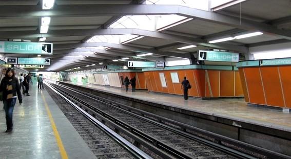 muere policia al ser arrojado a las vias del metro