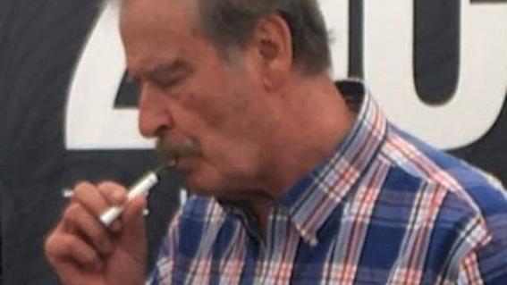 fotografia de vicente fox vaporizando marihuana