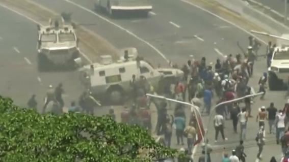 vehiculomilitarblindadoarrollaamanifestantesopositoresencaracas