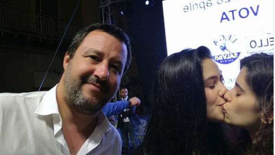 mujeres protestan con beso en una selfie
