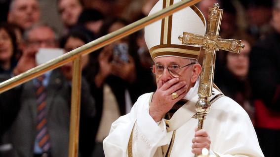 papa francisco obliga legalmente al clero a denunciar abusos sexuales