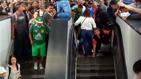 tumulto provoca caida de mujeres en escaleras del metro