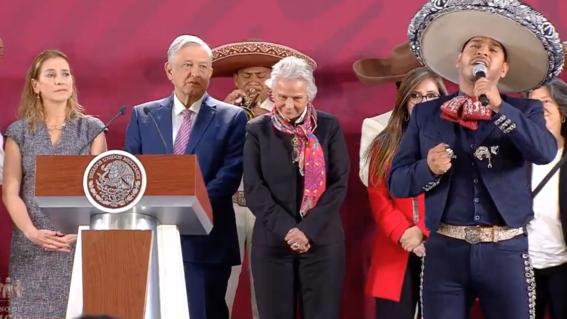 amlo felicita a las mamas de mexico con mariachis