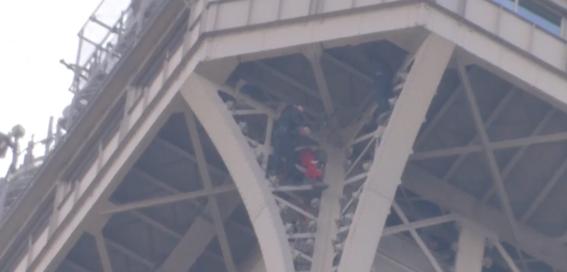 la presencia de un hombre escalando la torre eiffel provoco su evacuacion completa