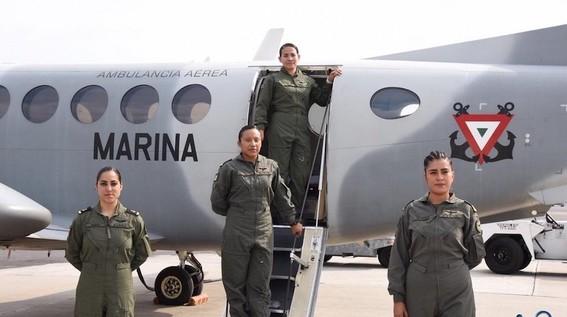 marina crea primera tripulacion aerea integrada por mujeres