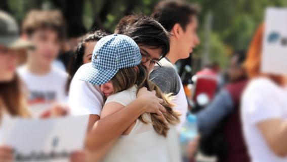 """""""al menos tienen un cuerpo para llorar"""" dice el rector de la universidad del pedregal como consuelo a la familia en un pais de desaparecidos"""