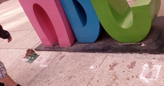 los zapatos de bronce fueron colocados en el antimonumento de la guarderia abc para conmemorar los 10 anos de la tragedia
