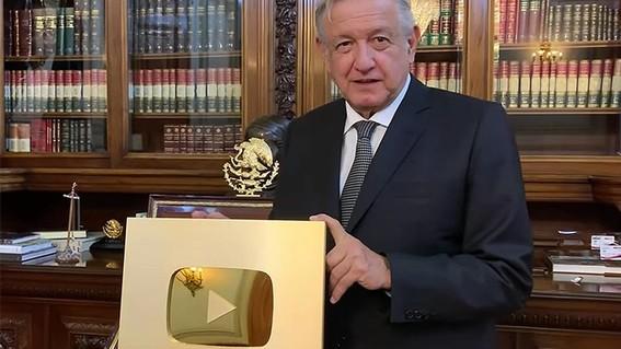 """el presidente lopez obrador recibio el """"boton de oro"""" de youtube por conseguir un millon de suscriptores a su canal de esa red social"""