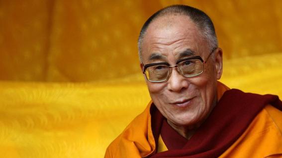 dalai lama dice que si su sucesor es mujer debe ser atractiva
