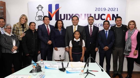 enrique vargas recibe a la ganadora de la olimpiada nacional del conocimiento