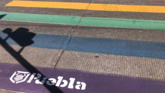 bandera gay crucero de la 31 oriente y el bulevar 5 de mayo puebla