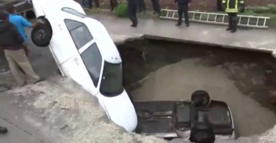 el socavon en el que cayeron dos vehiculos en ecatepec se habria formado durante la madrugada debido a las lluvias de la temporada