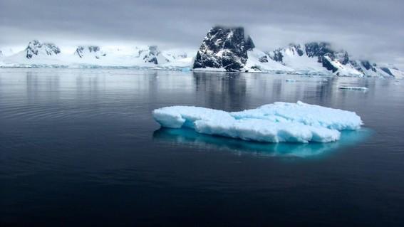 los enormes volumenes de agua dulce liberada en el artico no solo elevan el nivel del mar sino que tambien tienen el potencial de cambiar nuestr