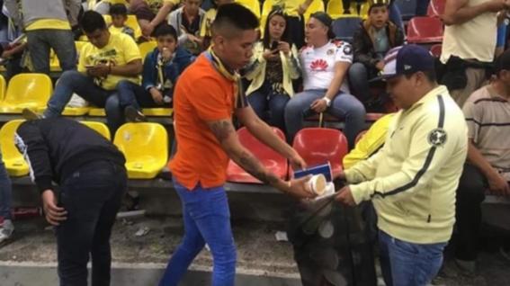 aficionados del america limpian el estadio azteca despues de un partido