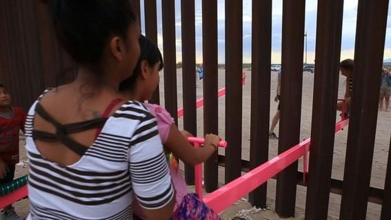 un grupo de ciudadanos estadounidenses y mexicanos se olvidaron por un momento de los barrotes que forman parte de la valla fronteriza y se unier
