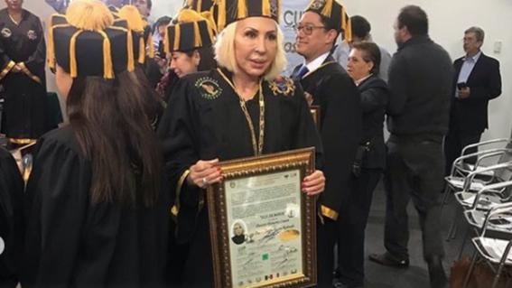 el congreso de la cdmx entrego el doctorado honoris causa y la medalla benito juarez por su labor en defensa y empoderamiento de las mujeres