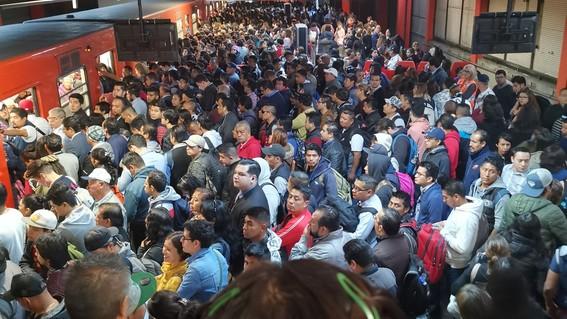 usuarios del sistema de transporte colectivo metro han compartido en redes sociales la saturacion de las estaciones de la linea 7
