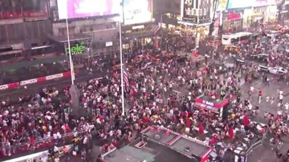 times square en nueva york acogio una escena llena de panico y caos debido a que cientos de personas confundieron el estruendo de una motocicle