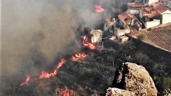 el incendio forestal ha afectado a mas de 8 mil personas que fueron evacuadas debido a la propagacion de las llamas de hasta 50 metros en las isl