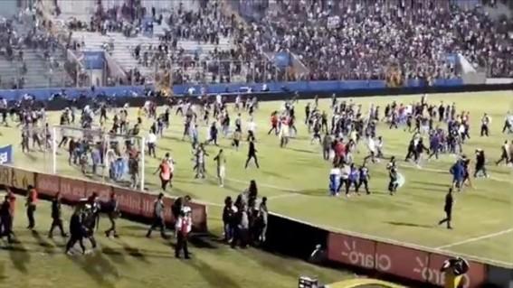 una pelea entre hinchadas rivales en un campo de futbol en tegucipalpa dejo como saldo cuatro muertos; la policia busca a los culpables