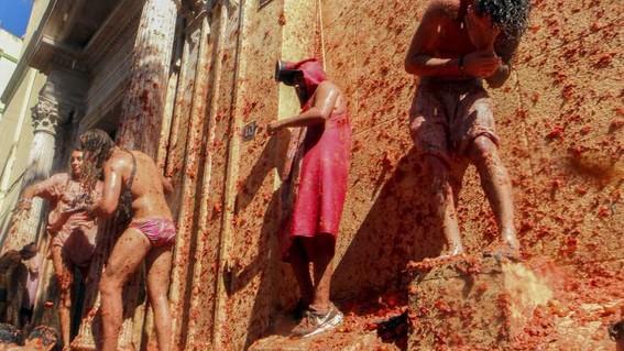"""mas de 20 mil personas participaron en la batalla anual llamada """"tomatina"""" la fiesta de una hora en la que se utilizaron 145 toneladas de tomate"""