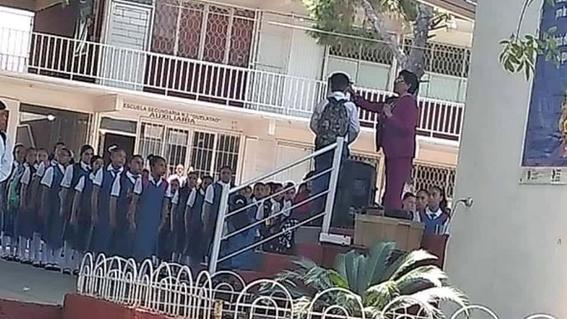 en redes sociales se viralizo la imagen de una directora de escuela que presuntamente le corta el pelo a un alumno frente a todos sus companeros