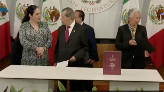 por primera vez en la historia una mujer la secretaria de gobernacion olga sanchez cordero entrego al presidente de la camara de diputados el p