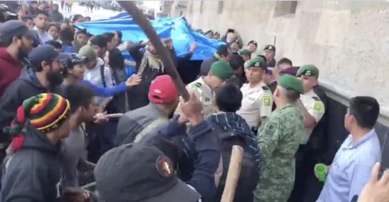 agreden a policia militar afuera palacio nacional