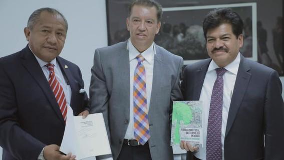 alcalde de gustavo a madero presenta libro de economia en la feria internacional del libro del ipn