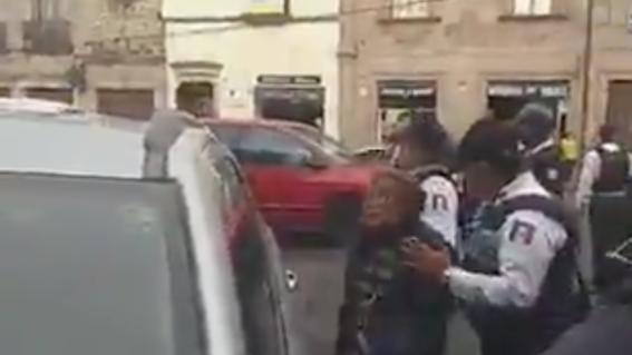 los ancianos fueron detenidos en un operativo en que participaron unos 10 elementos policiacos; los abuelitos fueron acusados por vender papas fr
