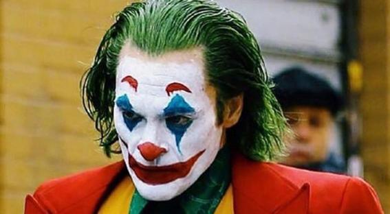 la pelicula joker sobre el villano de dc dirigida por todd phillips y protagonizada por joaquin phoenix conquisto la mostra