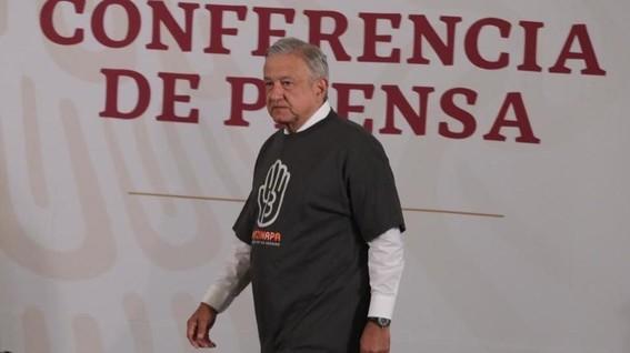 amlo se pone playera de ayotzinapa para la conferencia mananera