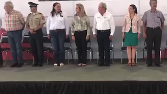 video maestro confunde juramento a la bandera con el padre nuestro